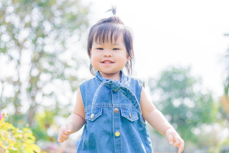 孩子微笑和手淫在公园 免版税库存照片