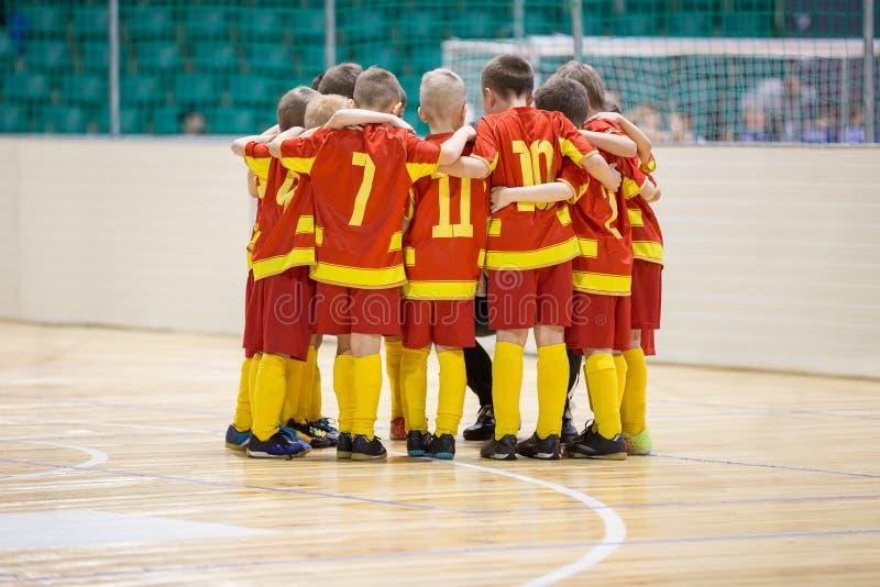孩子戏剧体育 儿童体育队团结的准备好使用 库存图片