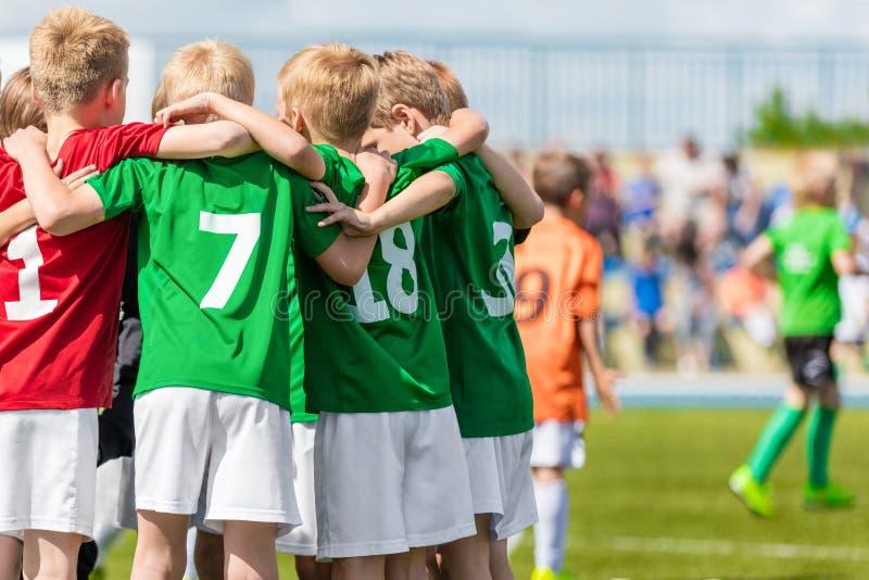 孩子戏剧体育 儿童体育队团结的准备好打比赛 库存照片