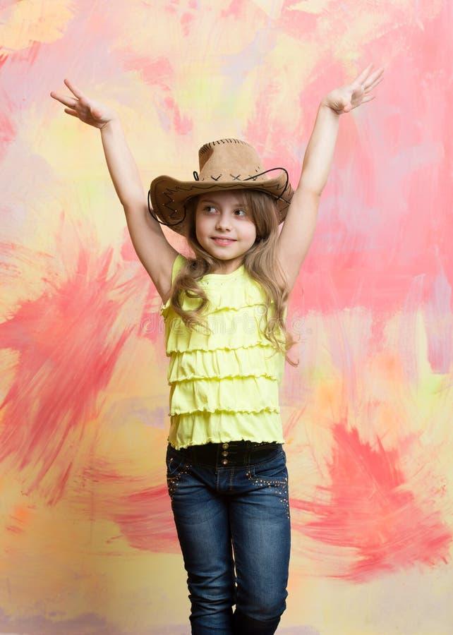 孩子或小愉快的微笑的女孩牛仔帽的 免版税库存照片