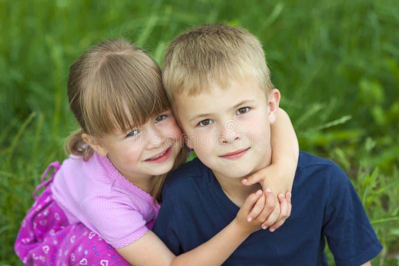 孩子拥抱的兄弟和姐妹 免版税库存照片