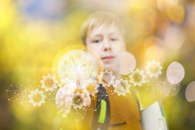 孩子接触时钟和钝齿轮时间机制  图库摄影
