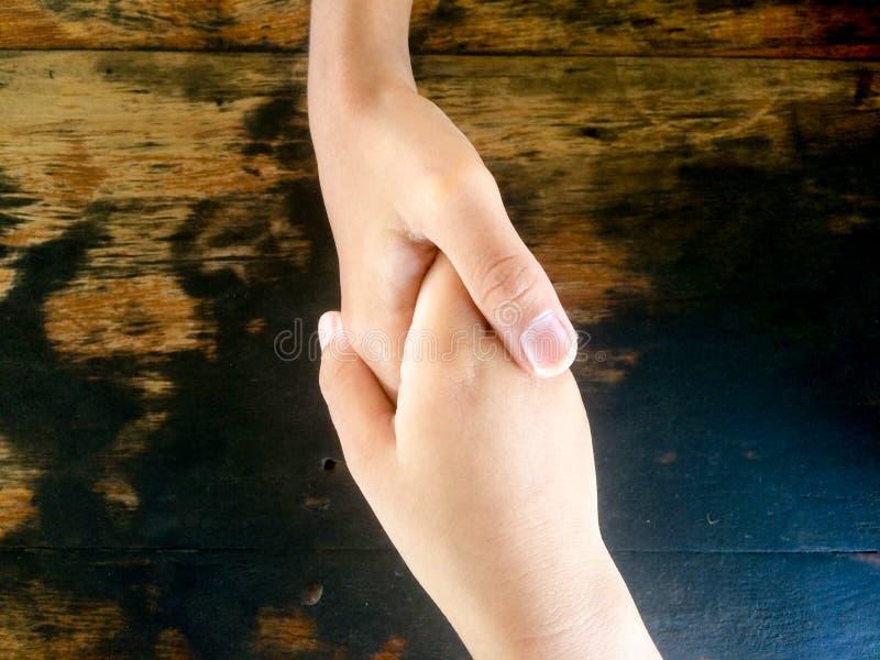 孩子握手祝贺他们 图库摄影
