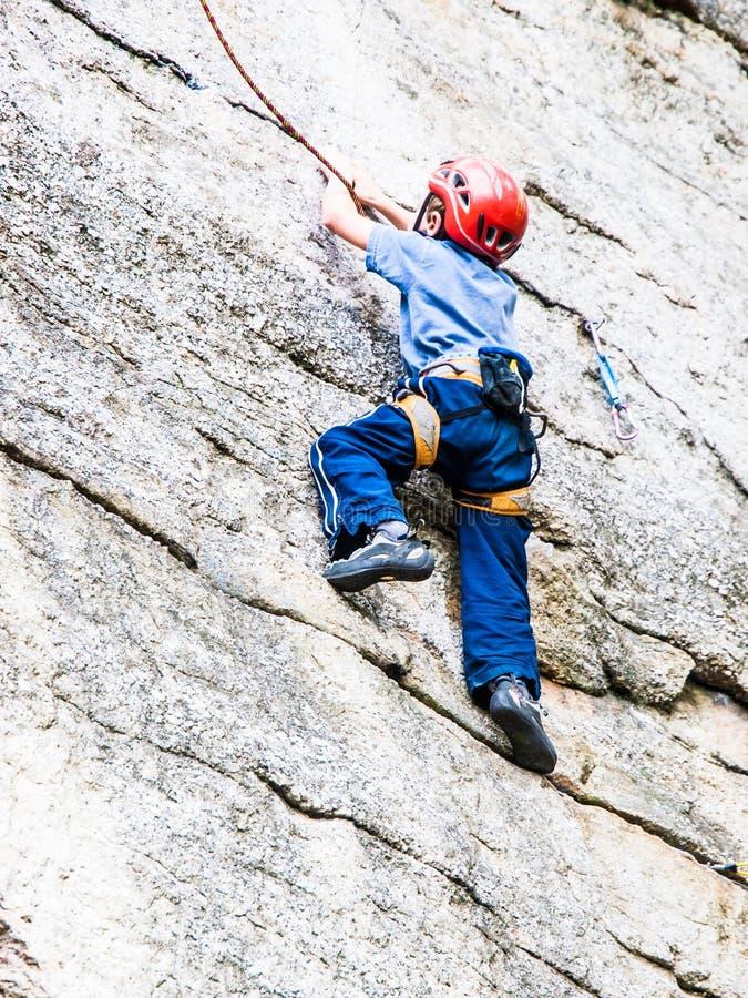 孩子攀岩 免版税图库摄影