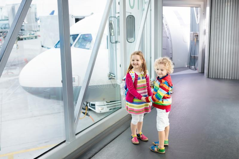 孩子旅行和飞行 飞机的孩子在机场 免版税图库摄影