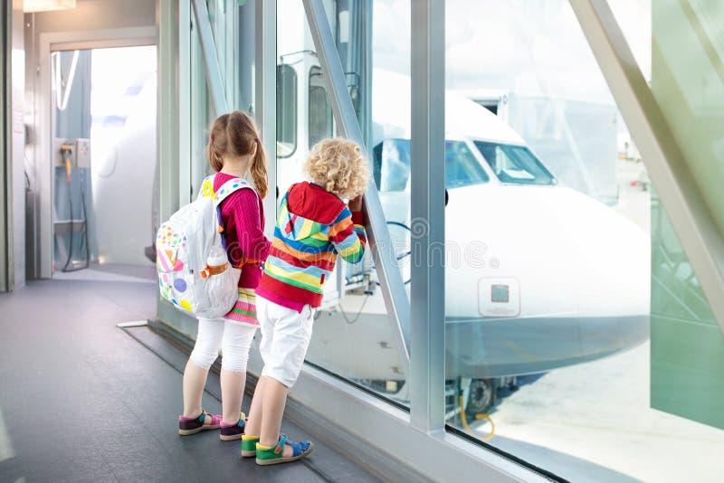 孩子旅行和飞行 飞机的孩子在机场 库存照片