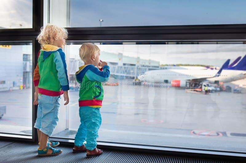 孩子旅行和飞行 飞机的孩子在机场 免版税库存图片