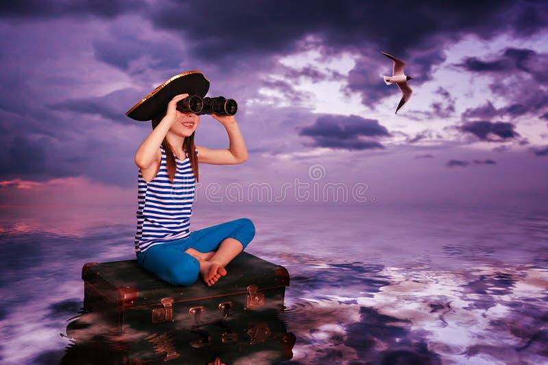 孩子旅行在海和在手提箱 图库摄影