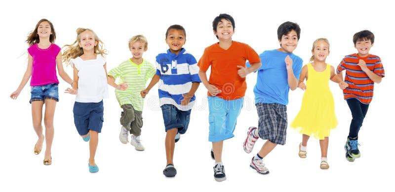 孩子是一起跑和使用 免版税图库摄影