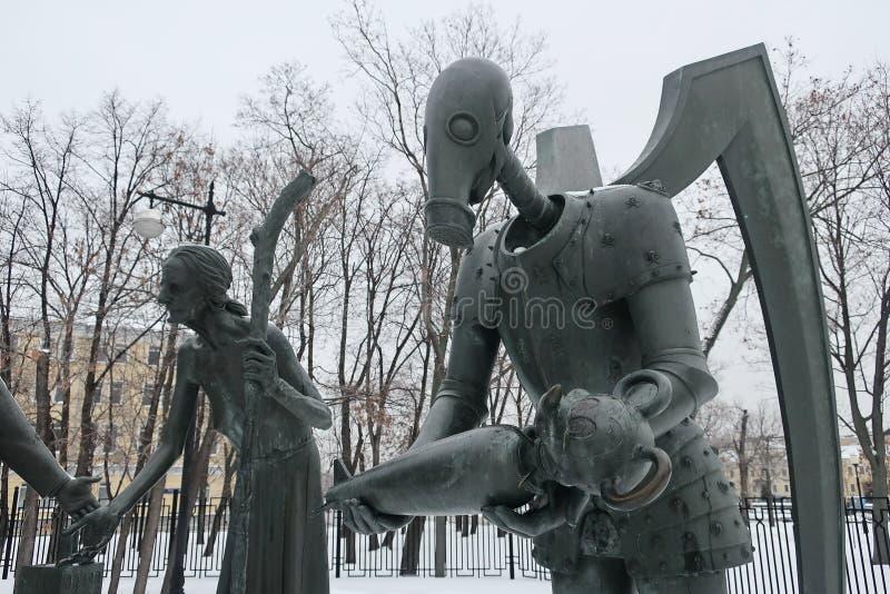 孩子是成人恶习的受害者 雕刻的构成作为战斗的讽喻与邪恶和公开恶习的 免版税库存照片