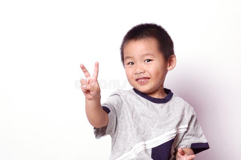孩子显示符号胜利 库存照片
