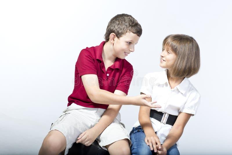 孩子有一次活泼的交谈 免版税库存图片