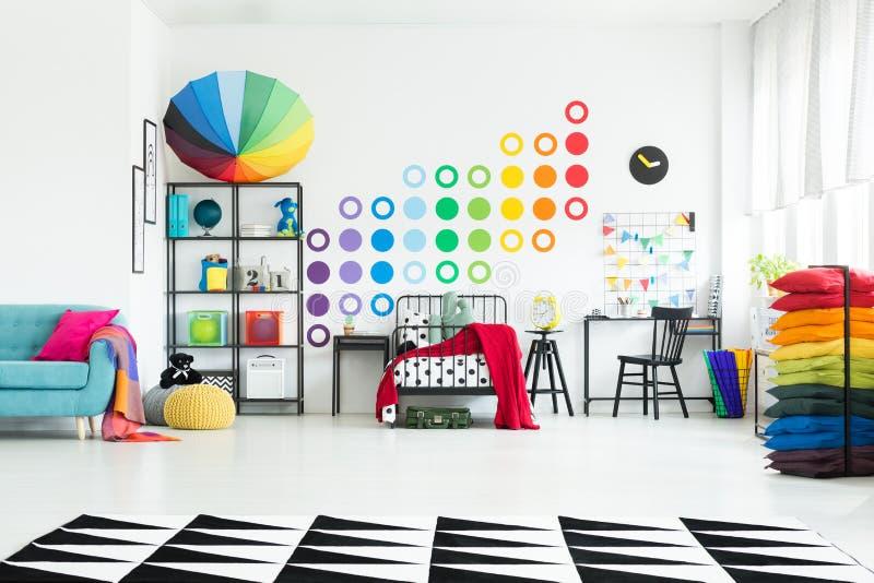 孩子有五颜六色的伞的` s卧室 免版税库存图片