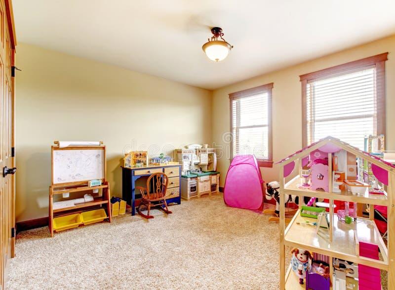 孩子有玩具的作用空间。 内部。 免版税库存照片