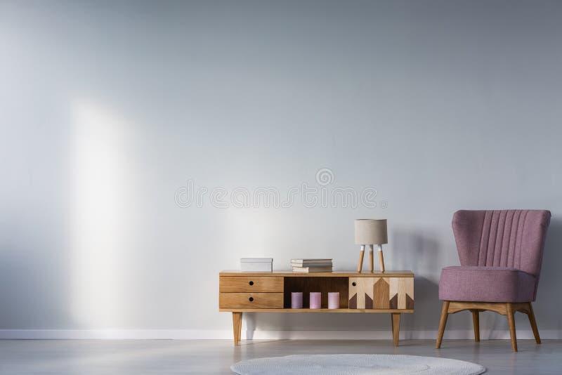 孩子有紫色扶手椅子的` s室 库存图片
