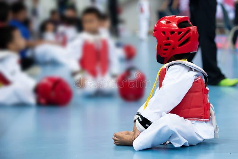 孩子有防护齿轮的体育运动员跆拳道 免版税库存照片