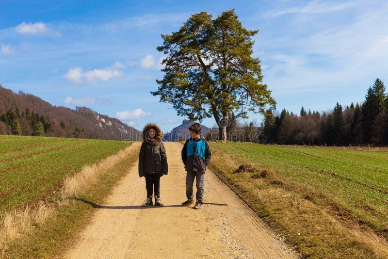 孩子本质上,农业风景,领域在秋天 免版税库存图片