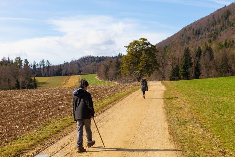 孩子本质上,农业风景,领域在秋天 免版税库存照片