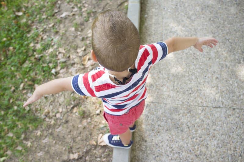 孩子概念的训练平衡 免版税库存图片