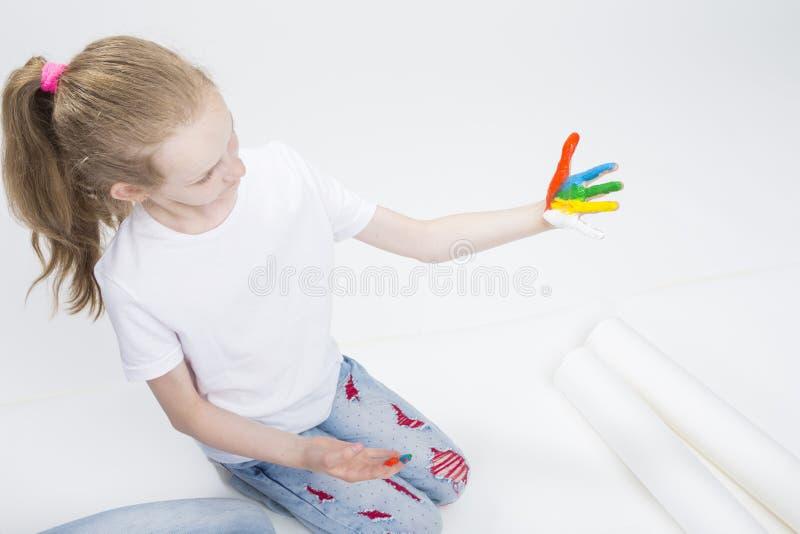 孩子概念 滑稽的女孩画象用明亮地被绘的手 库存图片