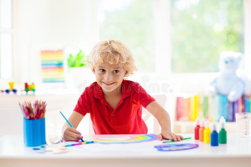 孩子油漆 儿童绘画 小男孩图画 免版税图库摄影