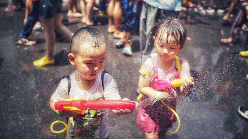 孩子洒在Songkran节日的水 库存照片