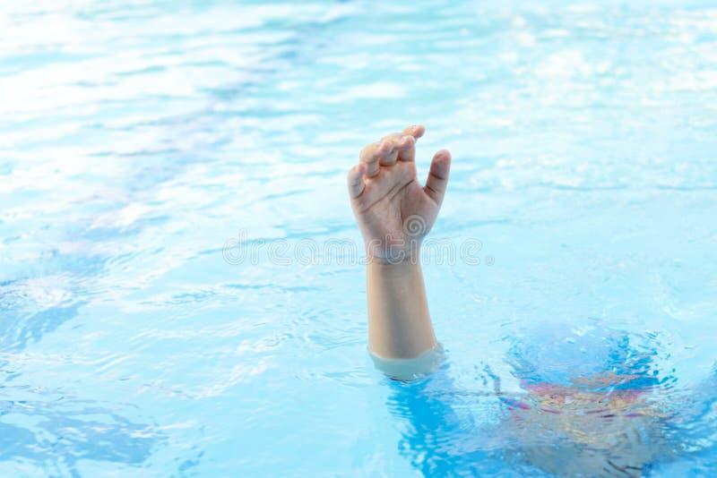 孩子淹没处于危险中 免版税图库摄影