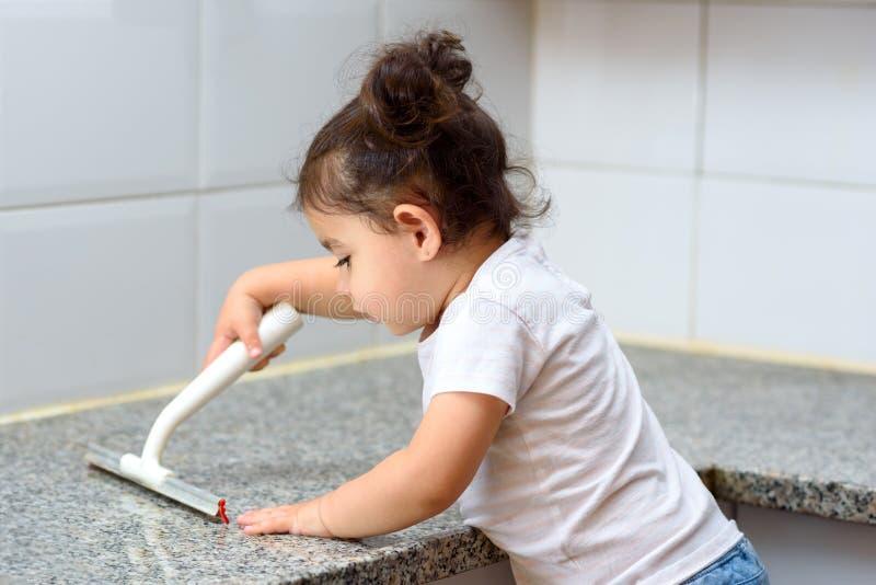 孩子清洗房子 孩子在家帮助 库存照片