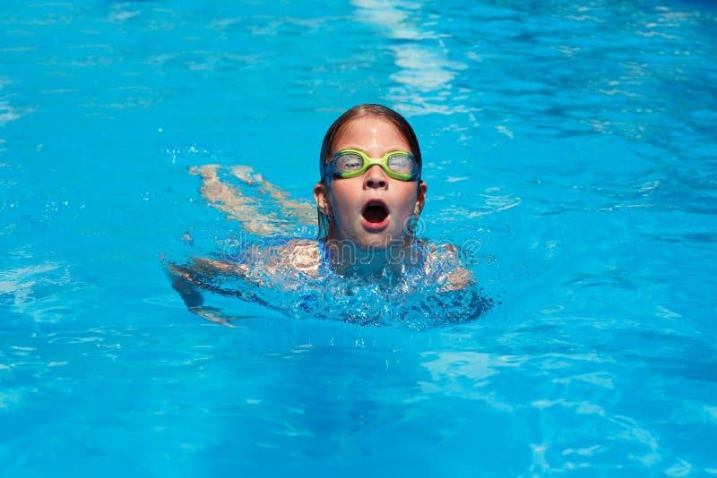 孩子游泳在水池的蝴蝶样式 图库摄影