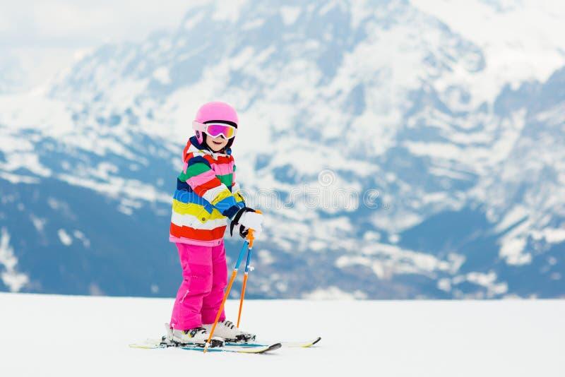 孩子滑雪 冬天家庭雪体育 儿童滑雪 图库摄影