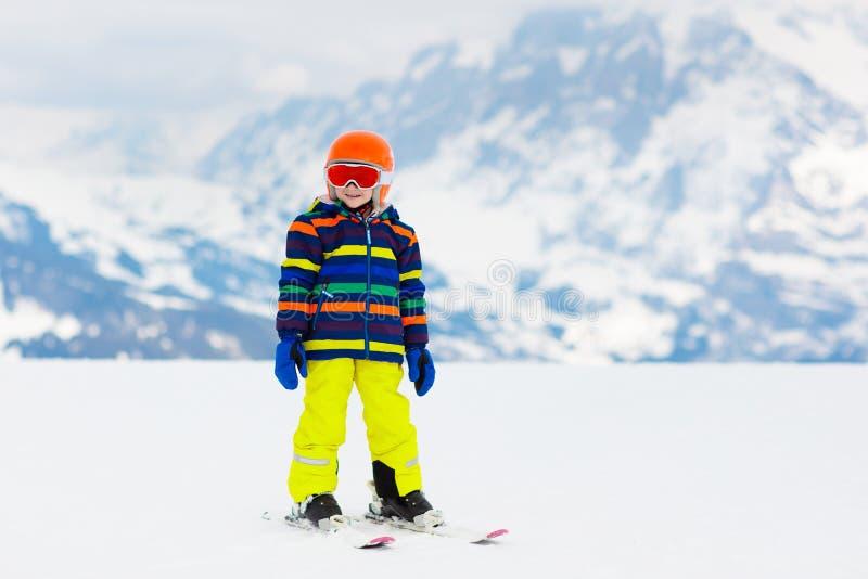 孩子滑雪 冬天家庭雪体育 儿童滑雪 库存照片