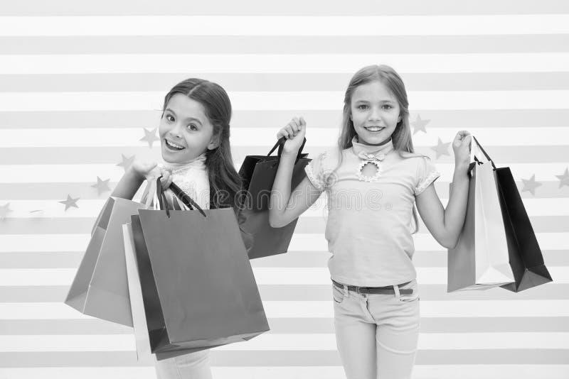 孩子满足了购物的镶边背景 被购物和衣物购物中心占据心思 折扣概念 逗人喜爱的孩子 库存图片