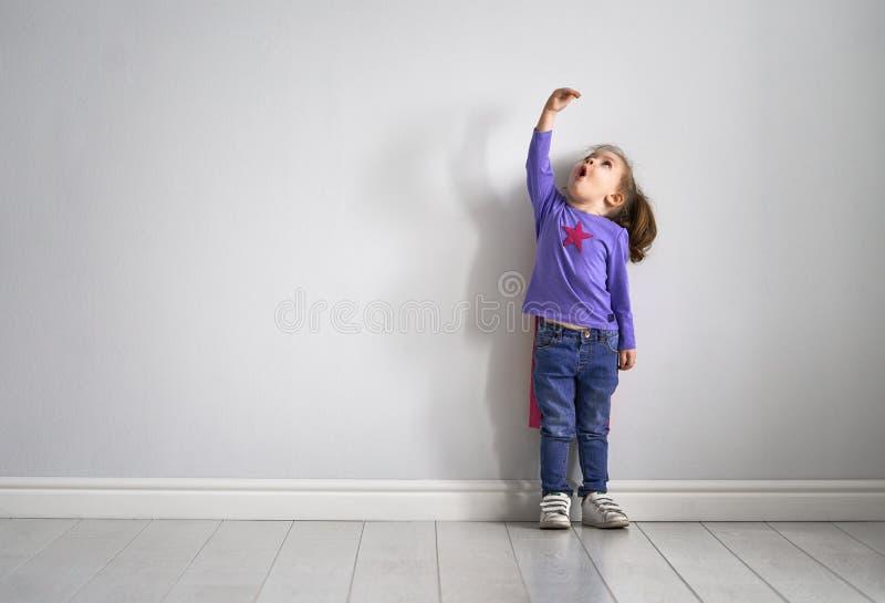 孩子演奏超级英雄 免版税库存照片