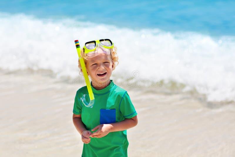 孩子潜航 潜航在热带海的孩子 免版税库存照片