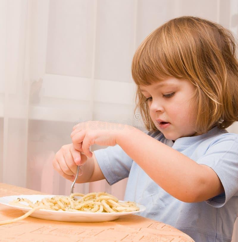 孩子爱意大利面食 图库摄影