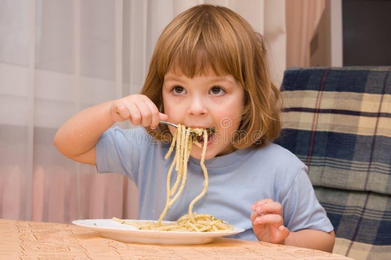 孩子爱意大利面食 免版税图库摄影