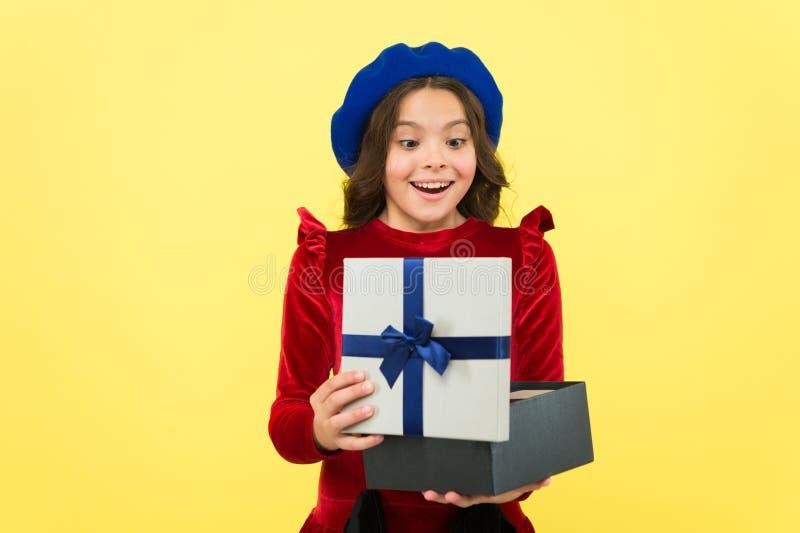 孩子爱生日礼物 感到感恩对好礼物 惊奇当前箱子 孩子女孩高兴礼物 ?? 免版税图库摄影