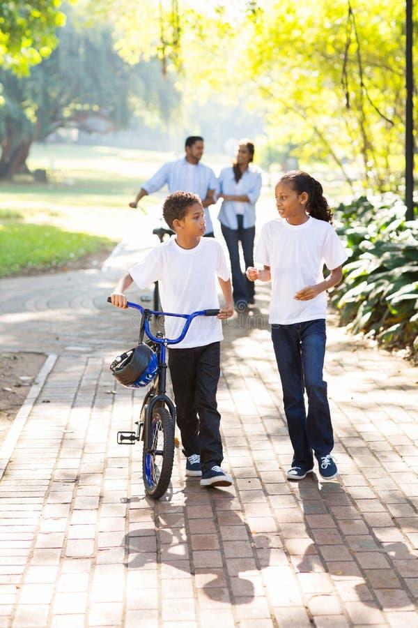 孩子父母走的公园 库存照片