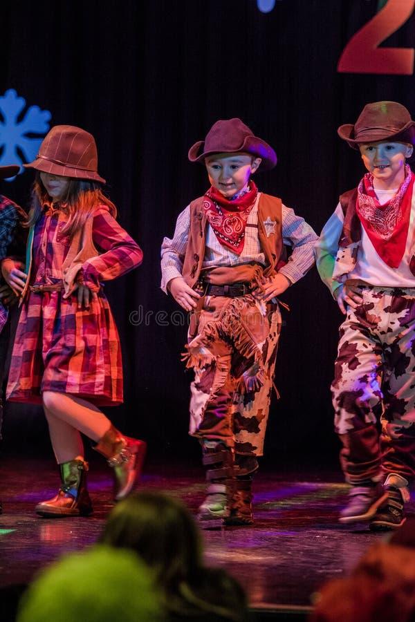 孩子牛仔在阶段跳舞 免版税图库摄影