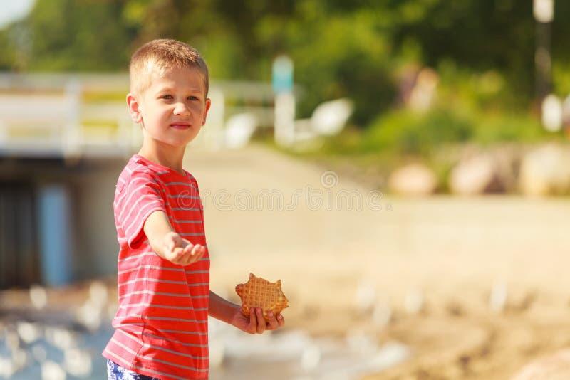 孩子用室外甜的食物 库存照片