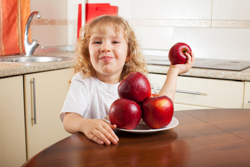 孩子用苹果 免版税库存照片