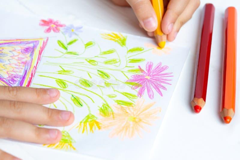 孩子用铅笔给妈妈画花 婴儿礼物 白色背景 免版税库存图片