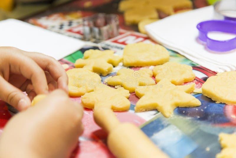 孩子由他们自己的形式做曲奇饼 库存图片