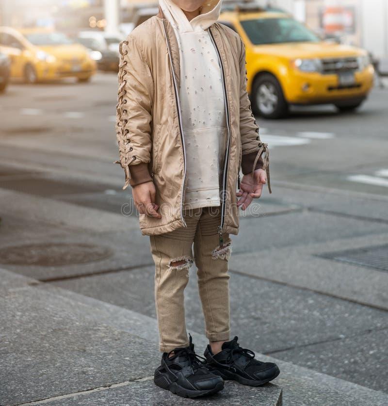 孩子男孩的时兴的成套装备有时髦的夹克、有冠乌鸦和牛仔裤的 儿童时尚样式 库存照片