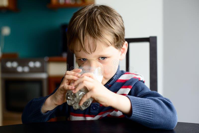 孩子男孩饮用奶 库存图片