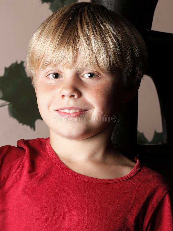 孩子男孩画象室内红色衬衣的 库存图片