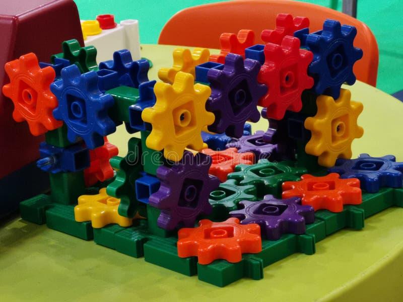 孩子的五颜六色的塑料链轮 免版税库存图片