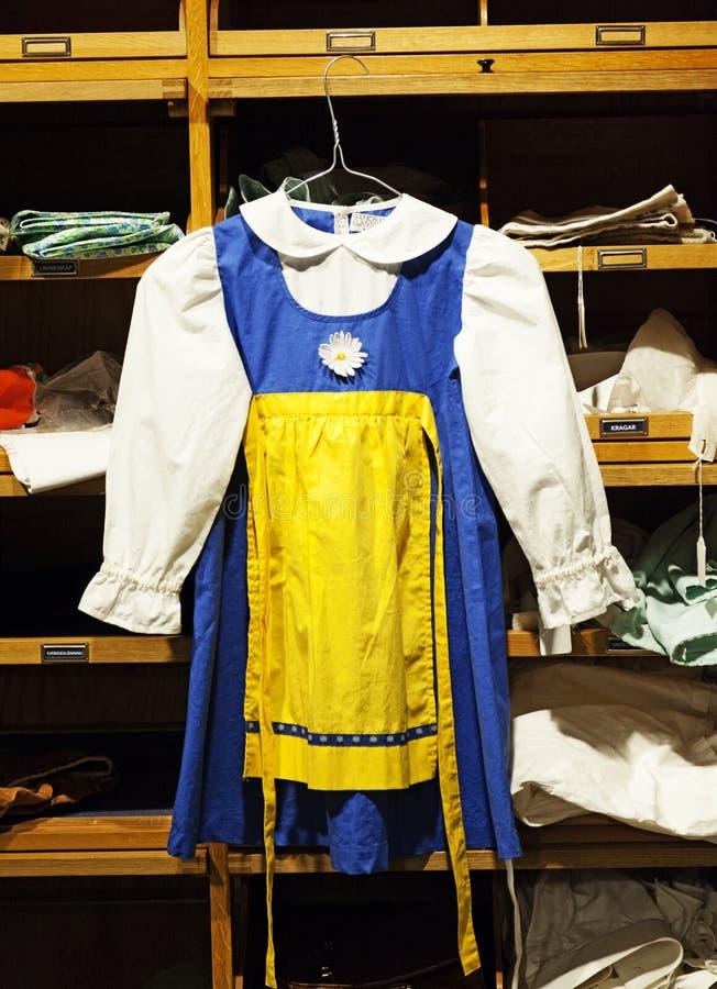 孩子的传统瑞典服装能使用在盛夏晚上 免版税库存照片