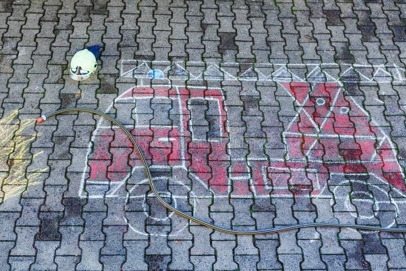 孩子的创造性的休闲:消防车与chal的图片图画 向量例证