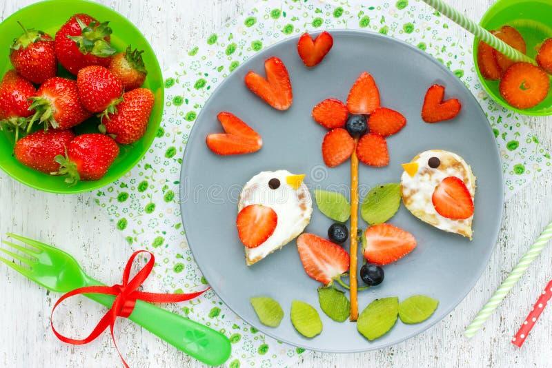 孩子的创造性的想法用早餐-滑稽的薄煎饼被塑造的鸟o 免版税库存照片